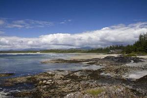 Gezeitenpools mit Wickanish Besucherzentrum im Hintergrund foto