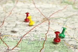Reißnägel auf der Karte