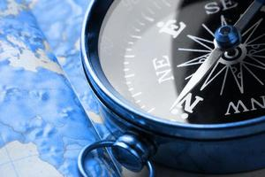 Kompass auf Kartenhintergrund