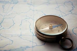 Magnetkompass liegt auf einer Karte