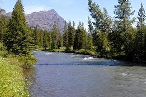 schöner klarer Fluss im Yellowstone-Nationalpark. foto