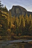 halber Untergang Landschaft Herbst am frühen Morgen Yosemite Nationalpark foto