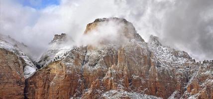 sturmverhangener Gipfel foto