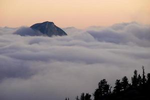 Yosemite National Park - halbe Kuppel, die durch Nebel ragt
