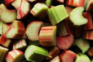 Makrofotografie eines Bündels frisch geschnittener organischer Rhabarberstiele für Lebensmittelhintergrund foto
