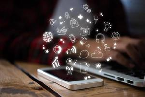 Nahaufnahme des Smartphones mit Technologie-Symbolen