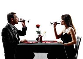 Paare Liebhaber trinken Wein Abendessen Silhouetten