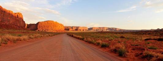 Feldweg durchquert Monument Valley foto