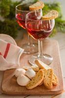 traditionelle italienische Kekse mit Wein serviert