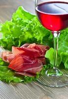 Jamon und Rotwein foto