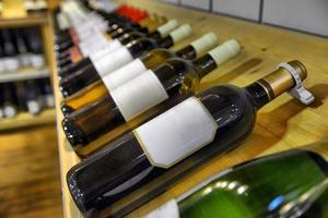 Rot- und Weißwein in Flaschen foto