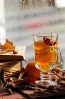 Stillleben mit heißem Tee in Herbstdekoration
