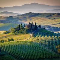 Toskana, Italien. Landschaft Landschaft und Bauernhaus.