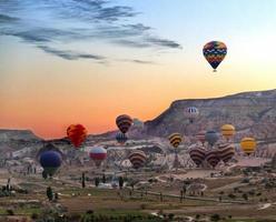 Heißluftballons fliegen über Kappadokien foto