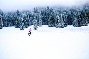 Frau läuft im Winter, Fitness Inspiration und Motivation