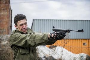 Mann mit Waffe
