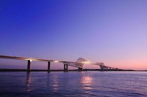 Tokio Gate Bridge, die den Sonnenuntergang reflektiert