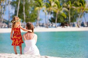 Mutter und Tochter am tahitianischen Strand foto