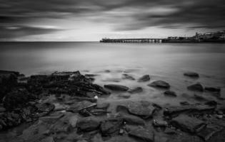 Langzeitbelichtung Schwarz-Weiß-Seelandschaft während eines dramatischen Abends