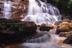 schöner wasserfall, chiang mai, thailand foto