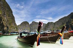 Thailand Ozean Landschaft. exotischer Blick auf den Strand und traditionelles Schiff foto