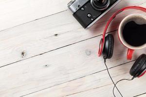 Satz von Reisematerial. Kamera, Kopfhörer und Kaffeetasse
