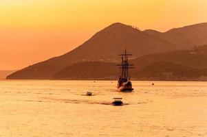 mittelalterliches Segelschiff im Sonnenuntergang foto