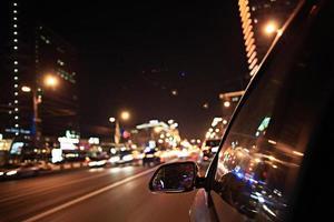 verschwommenes urbanes Aussehen der Autobewegungsnächte
