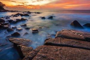 tropischer Strand bei Sonnenuntergang.