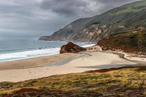 kleiner großer sur Strand an einem wolkigen Tag
