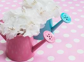 weißer Strauß in rosa und blauen Blumentöpfen