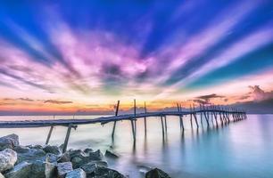 Strahl Sonnenaufgang auf einer Holzbrücke