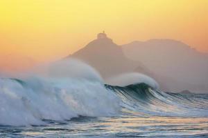 Wellenbrechen in Bakio nahe Gaztelugatxe bei Sonnenuntergang foto