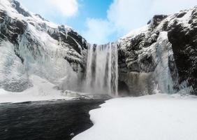 Skogafoss, der große und schöne Wasserfall in Island im Winter foto