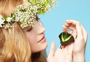 schönes Mädchen und Schmetterling