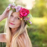 schöne Frau mit Blumenkranz.