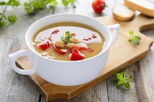 heiße vegetarische Suppe aus Kichererbsen und Linsen