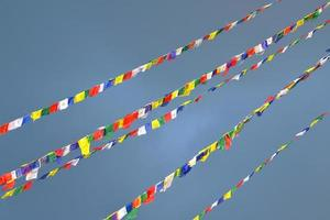 buddhistische tibetische Gebetsfahnen wehten im Wind