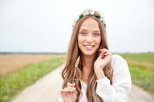lächelnde junge Hippiefrau auf Getreidefeld foto