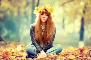 Porträt einer Frau, die einen Kranz aus Ahornblättern trägt