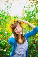 glückliches Mädchen und gelber Kranz
