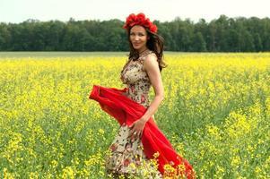 junges brünettes Mädchen, das im Sommer Blumenkranz trägt