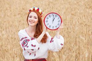 rothaariges Mädchen in nationalen ukrainischen Kleidern