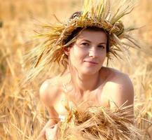 Frau auf dem Gebiet des Weizens