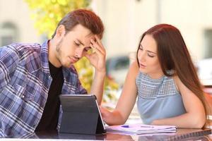 besorgter Schüler lernt mit einem Freund, der unterrichtet