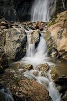 kleiner Wasserfall mitten in der Natur foto