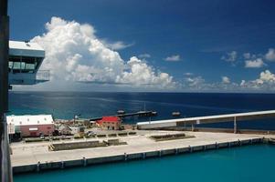 sonniger Tag im tropischen Hafen foto