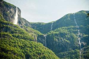 wunderschöne wasserfälle in norwegischen fjorden