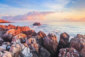 Sonnenaufgang über der Küste Siziliens foto