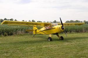 einmotoriges Flugzeug auf Gras geparkt